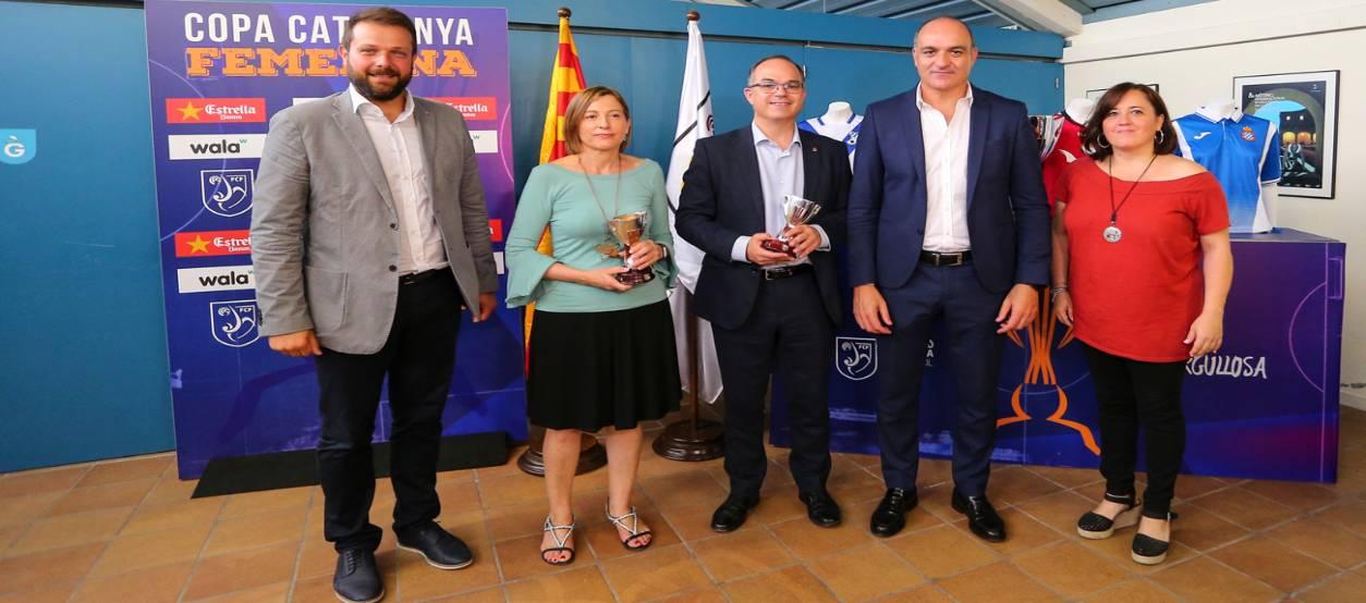 Parlament i Govern reben una rèplica de la Copa Catalunya