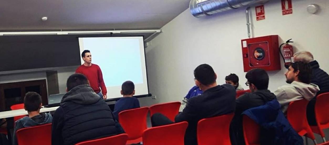 Xerrada de l'àrbitre Sinuhe García a l'Escola de Futbol Urgell
