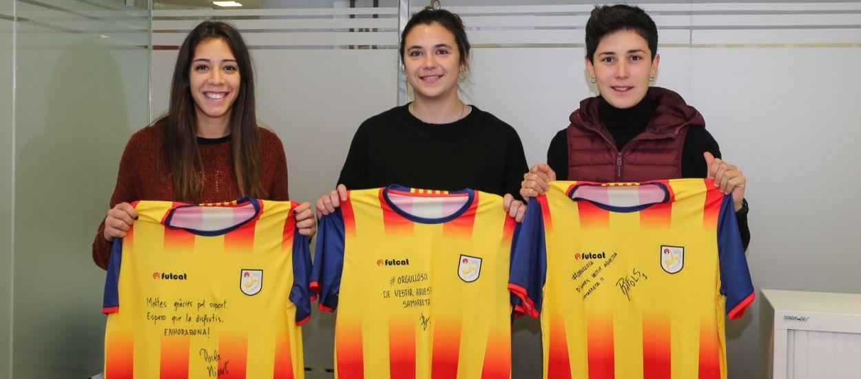 Els sortejos de la samarreta i la signatura d'autògrafs en el Catalunya-Xile