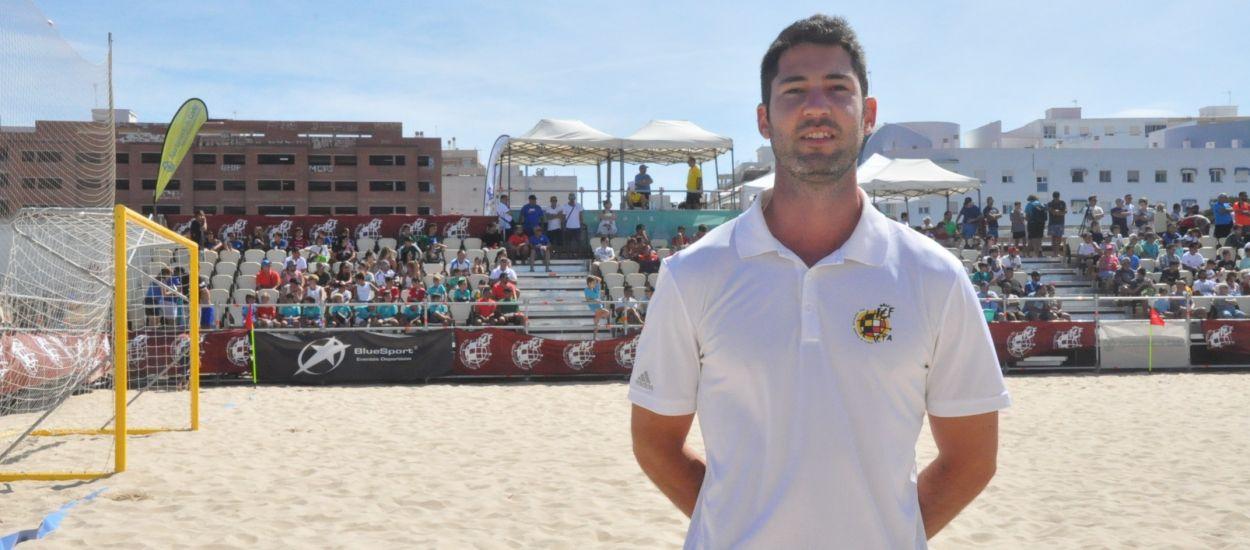 Bruno Montoro xiula en el Campionat Nacional de Futbol Platja a Cadis