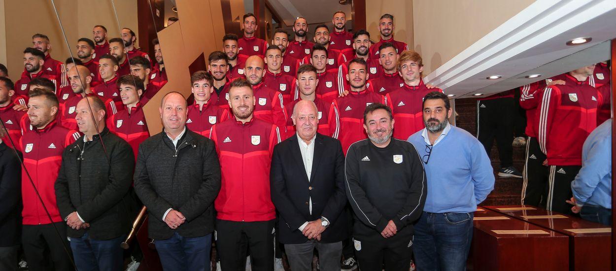 El president Soteras saluda els jugadors de la CatUEFA