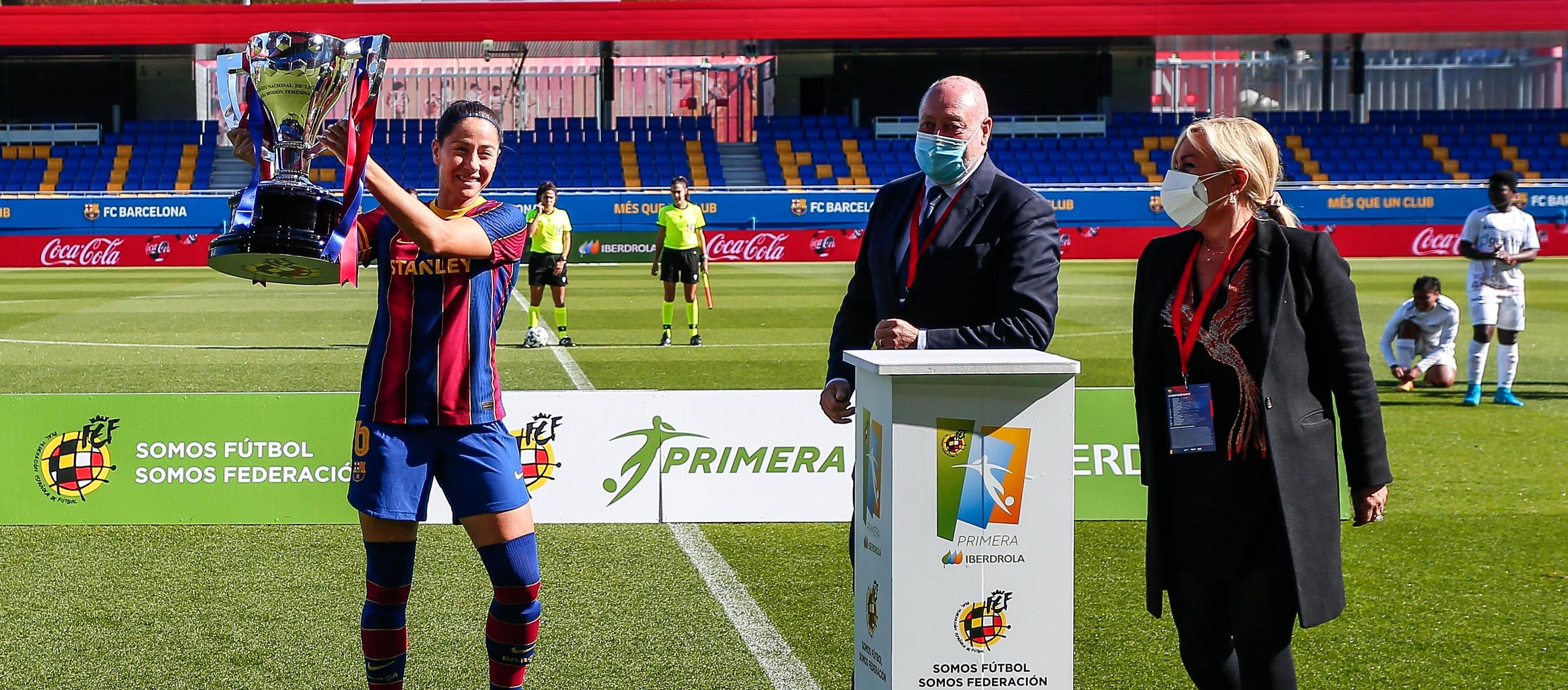 El president de l'FCF fa entrega del trofeu de lliga al FC Barcelona Femení