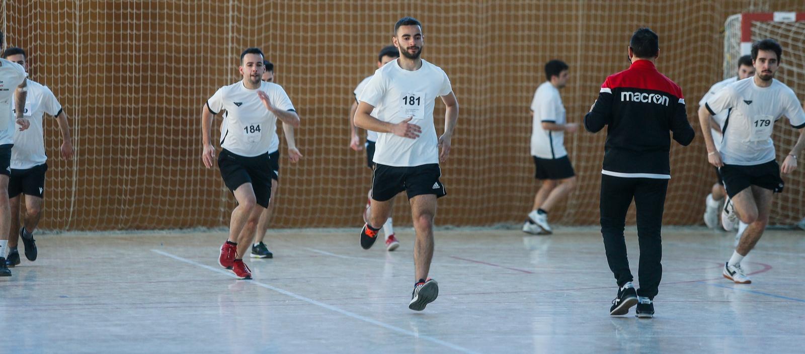 Els àrbitres de futbol sala superen les proves físiques abans de començar la competició
