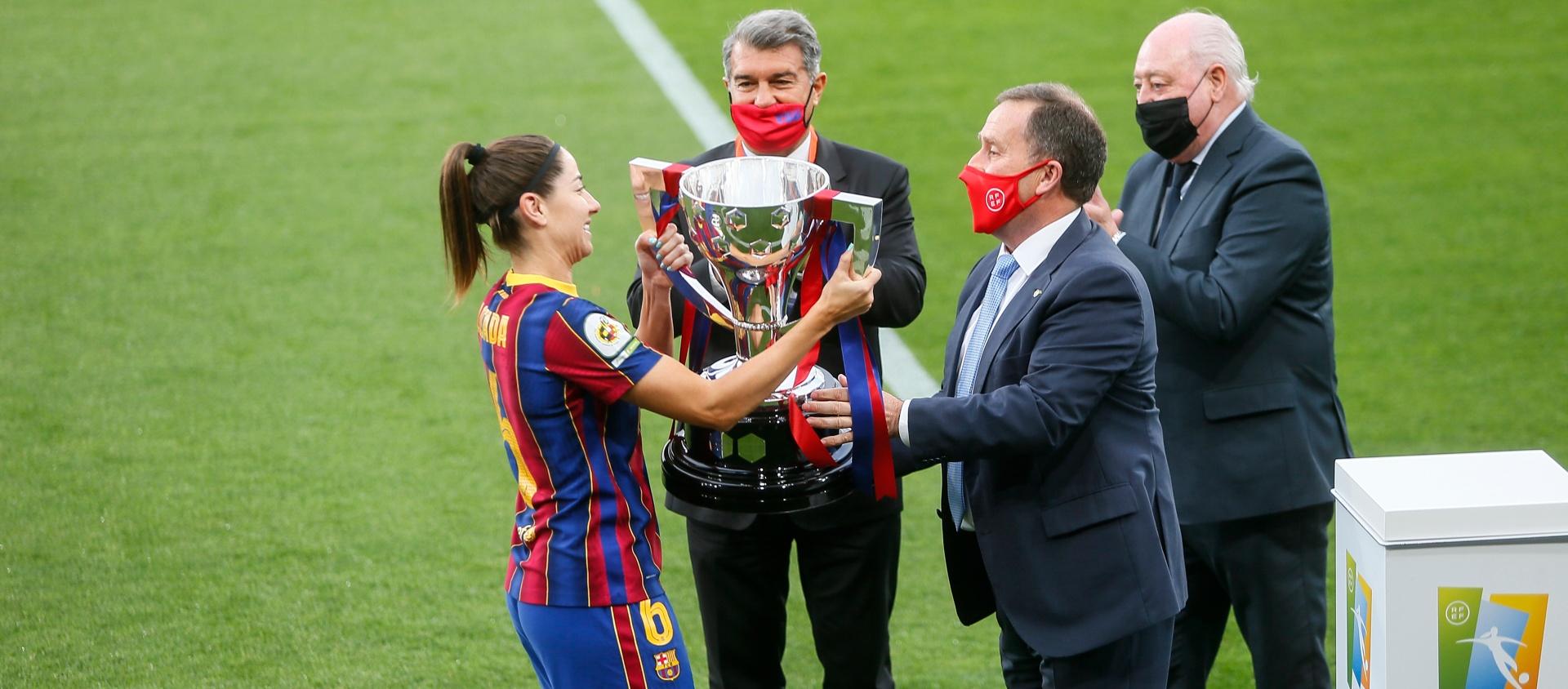 El president de l'FCF entrega el trofeu de campiones de lliga al FC Barcelona
