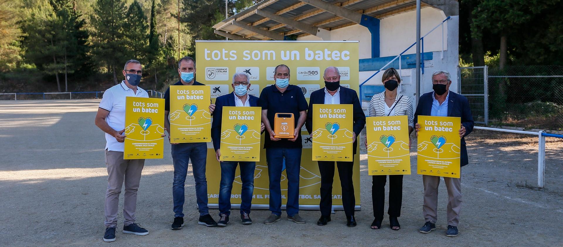 El CF La Llacuna rep el primer desfibril·lador de la campanya 'Tots Som Un Batec'