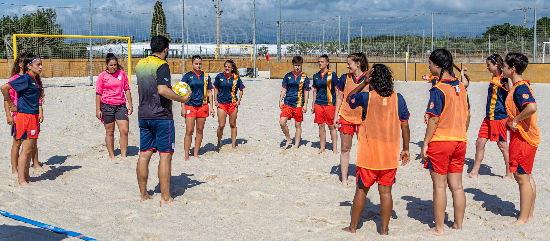 Celebrat el primer entrenament de la Selecció sub 19 femenina de futbol platja