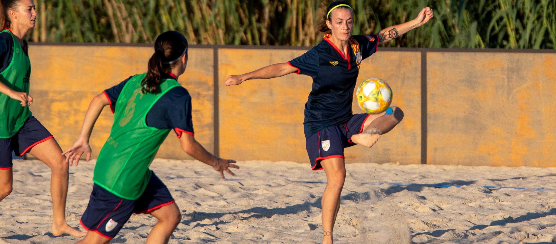 Tret de sortida als entrenaments de la Selecció Sènior Femenina de futbol platja