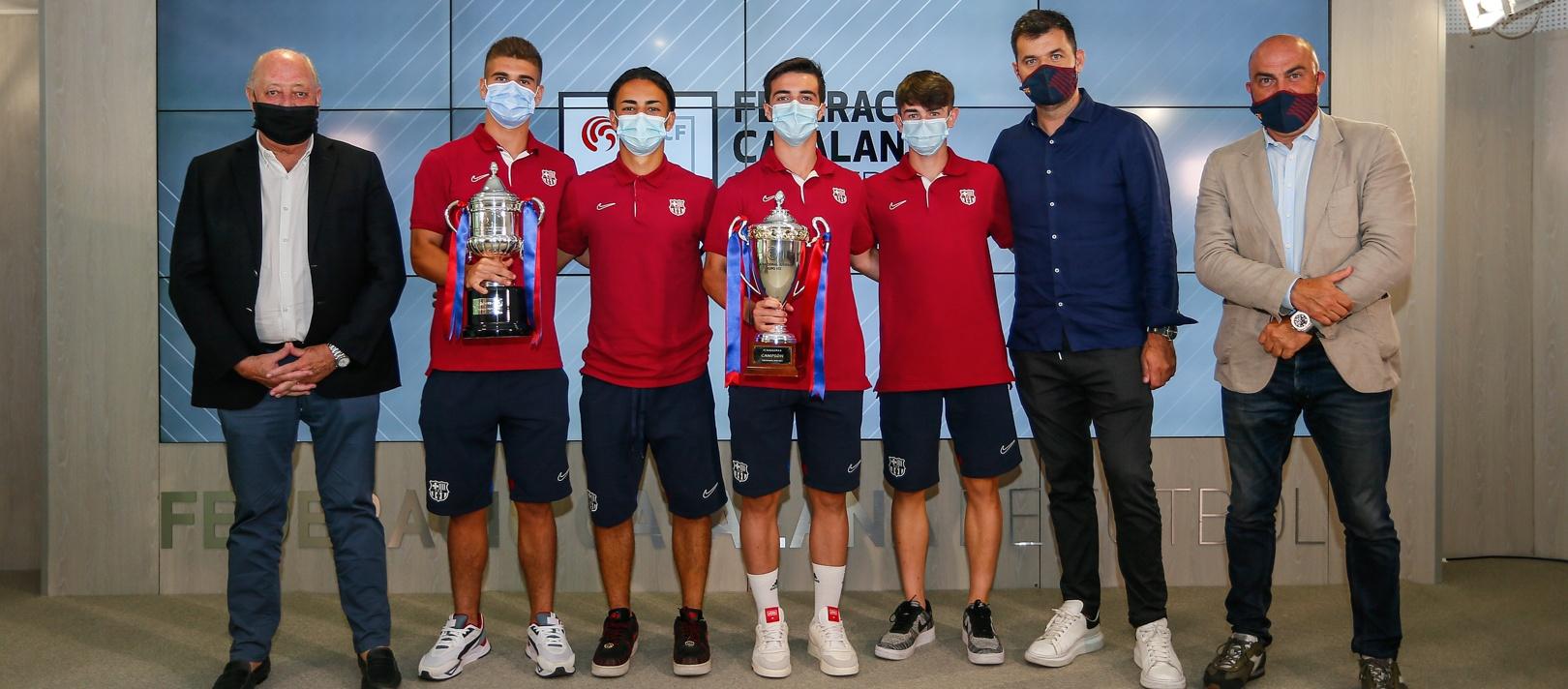 Joan Soteras entrega el títol de lliga als Juvenils del FC Barcelona