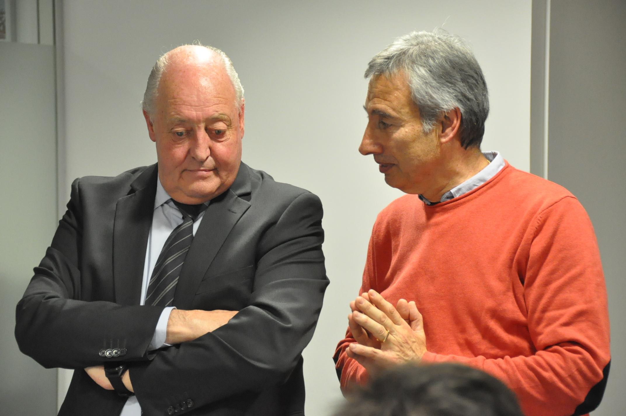 Fèlix Gimeno, conversant amb Joan Soteras durant la reunió