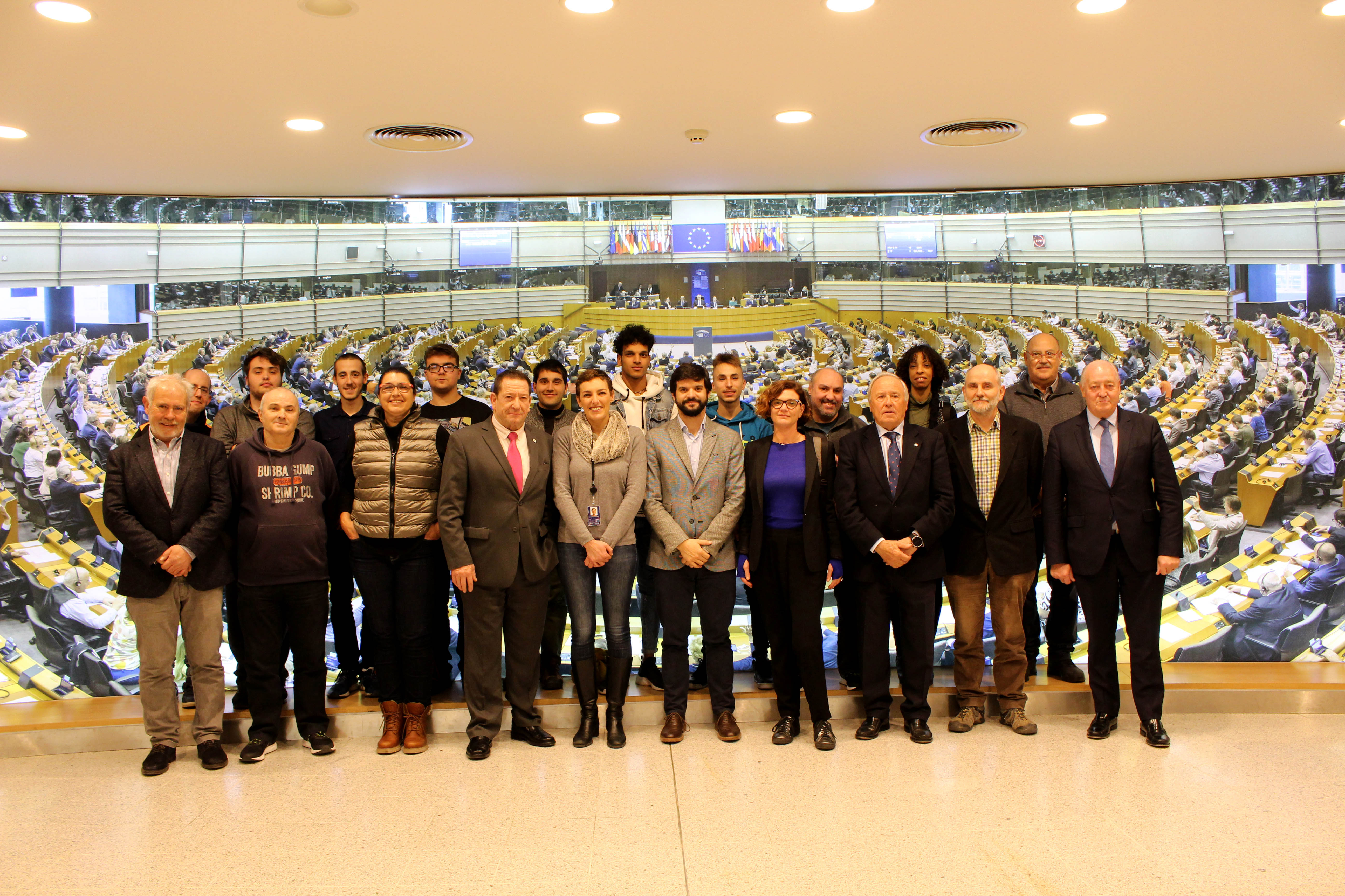 Soteras, junt als joves participants en els programes d'acció social INSERsport i Welcome League, a Brussel·les / UFEC