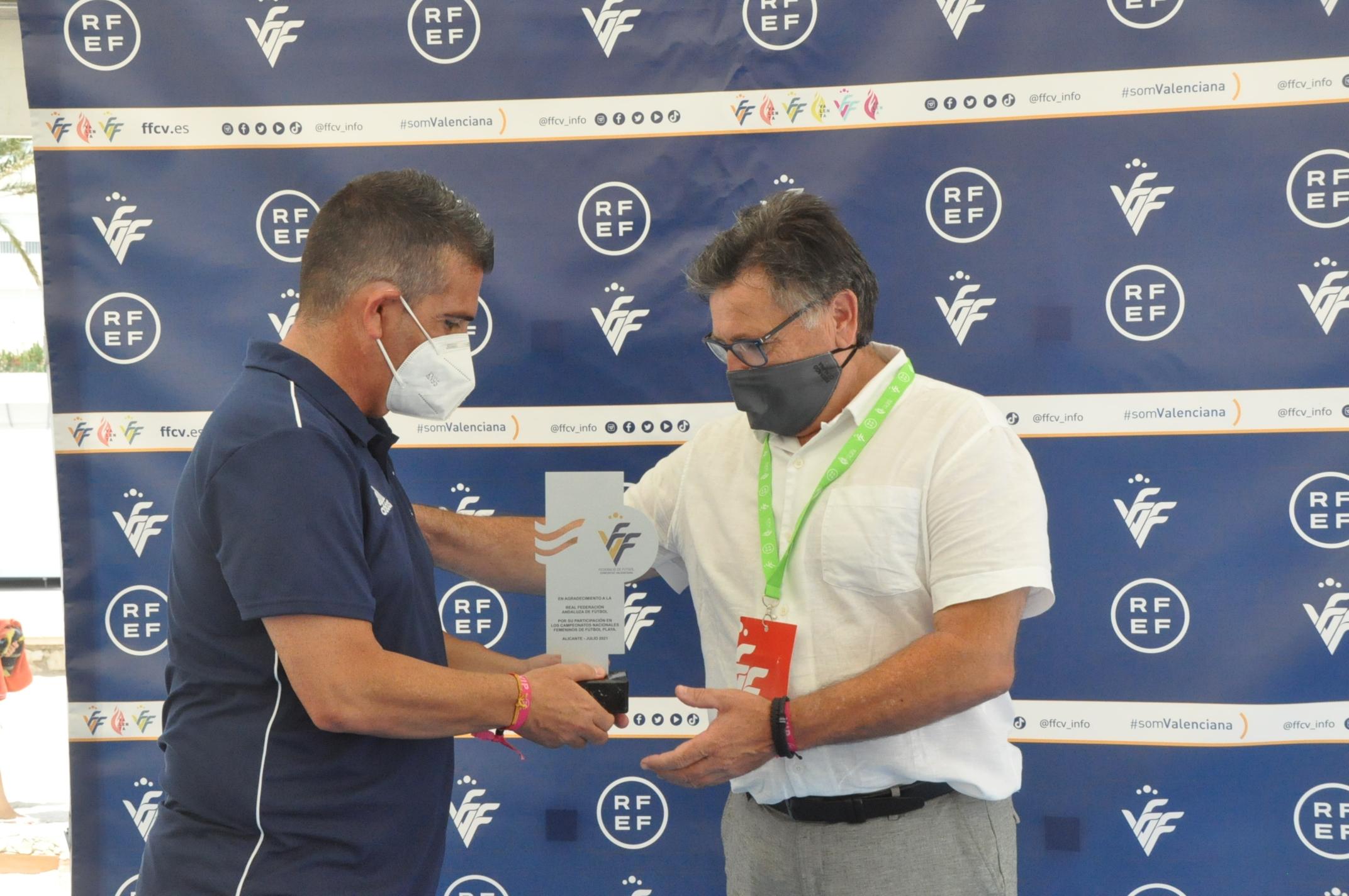 El directiu Juan Núñez rebent la placa del president del CTE de la Comunitat Valenciana, David Gutiérrez