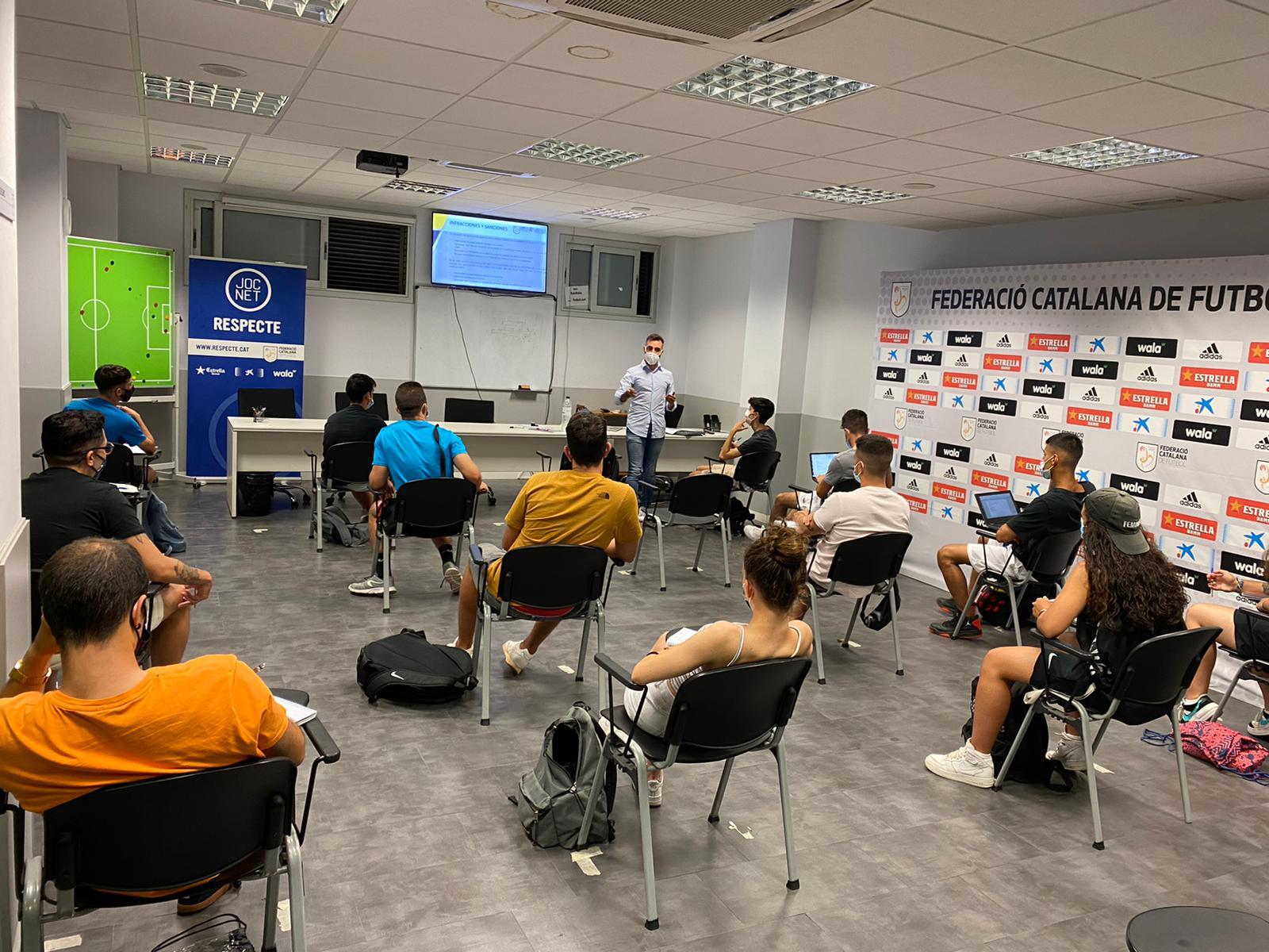 Imatge de la part teòrica del Curs d'Àrbitres i Àrbitres Assistents de futbol sala