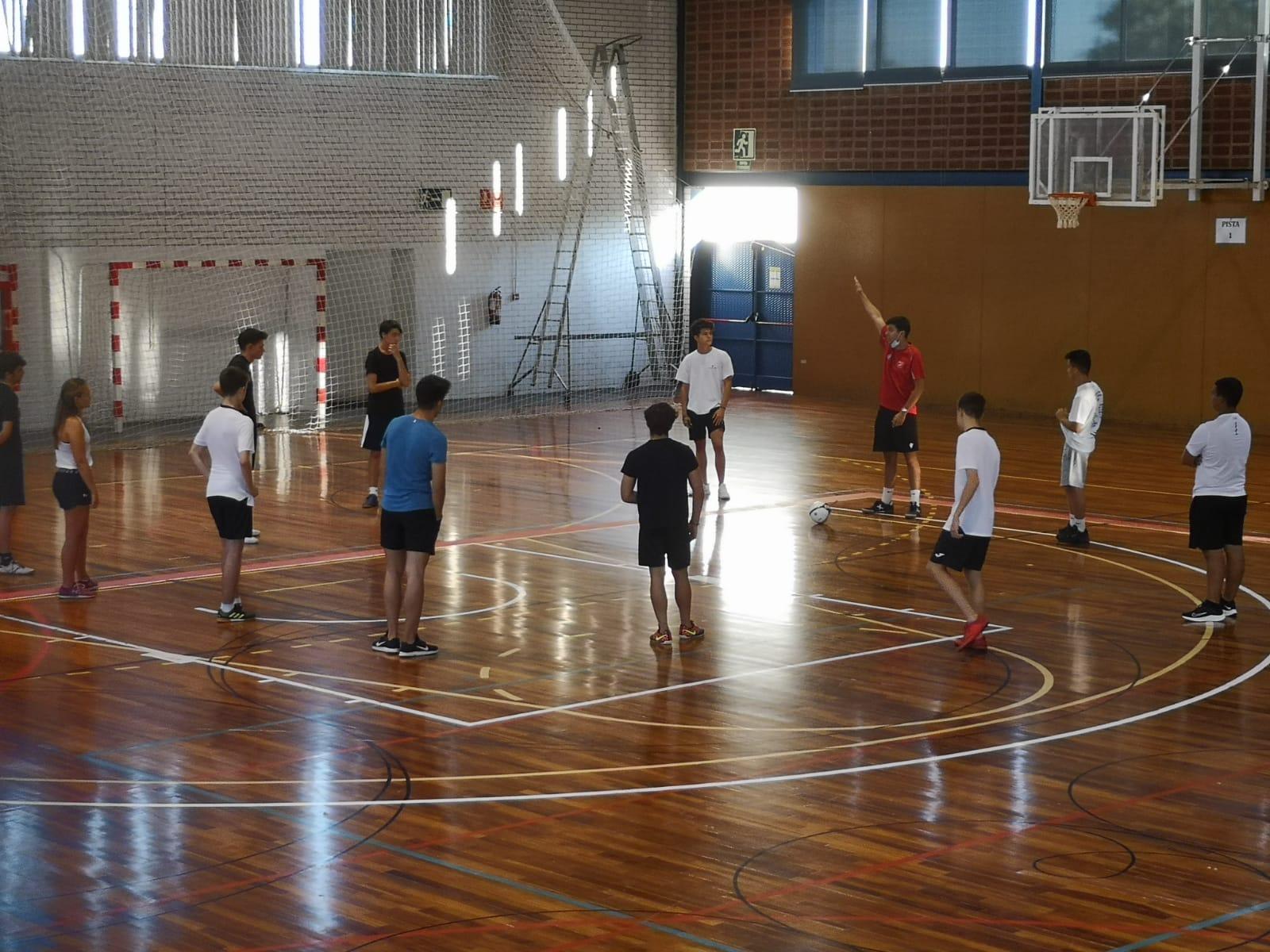 Imatge de la part pràctica del Curs d'Àrbitres i Àrbitres Assistents de futbol sala