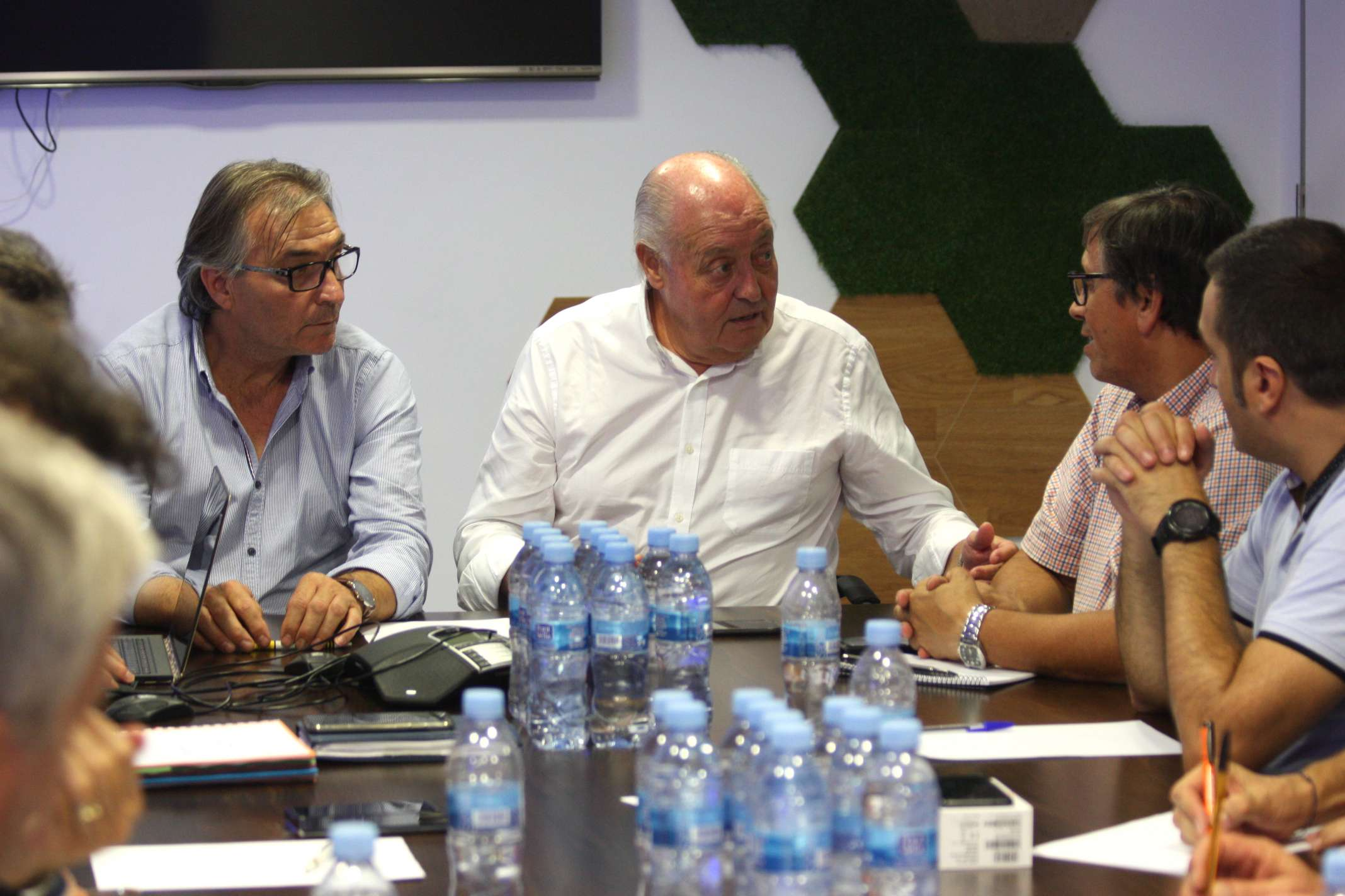 Joan Soteras, al centre, al costat de Jordi Terés, a l'esquerra, i el vicepresident Josep Vives, a la dreta