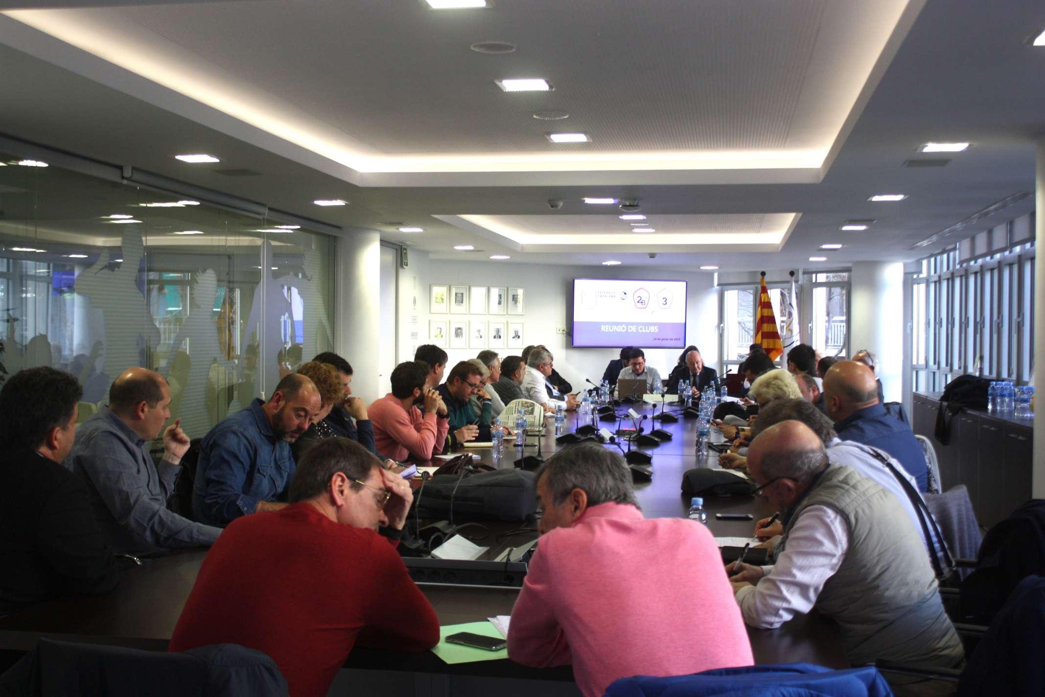 Un dels moments de la jornada de treball de l'FCF amb els dirigents de club