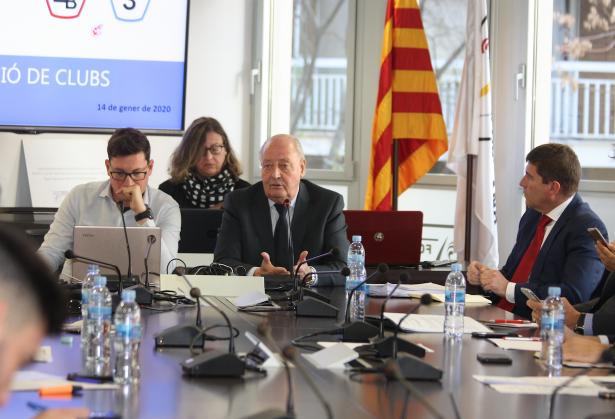 El president de l'FCF, Joan Soteras, dirigint-se als representants dels clubs