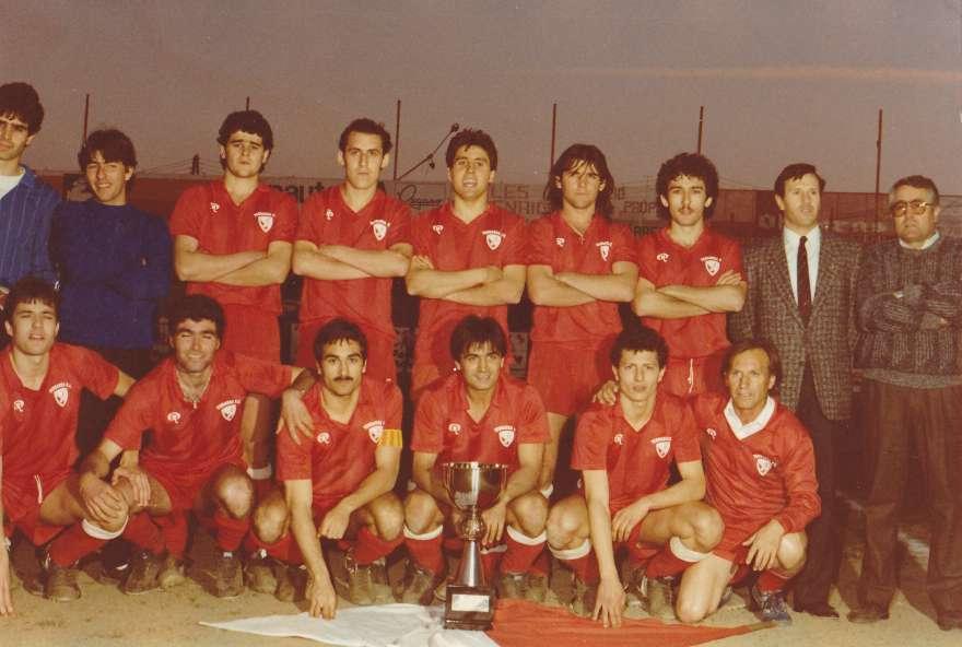Antonio Linares, segon dret per la dreta, amb el Terrassa FC campió sub 23 de Catalunya el 1985 / FOTO: Arxiu Josep Manuel Gómez
