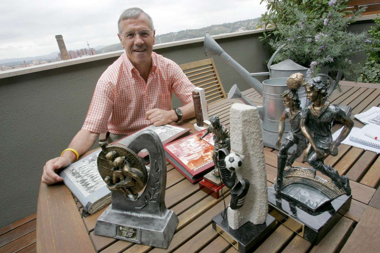 Antonio Linares, amb la col·lecció de trofeus personals, en el seu domicili de Terrassa / FOTO: Cristóbal Castro, Diari de Terrassa