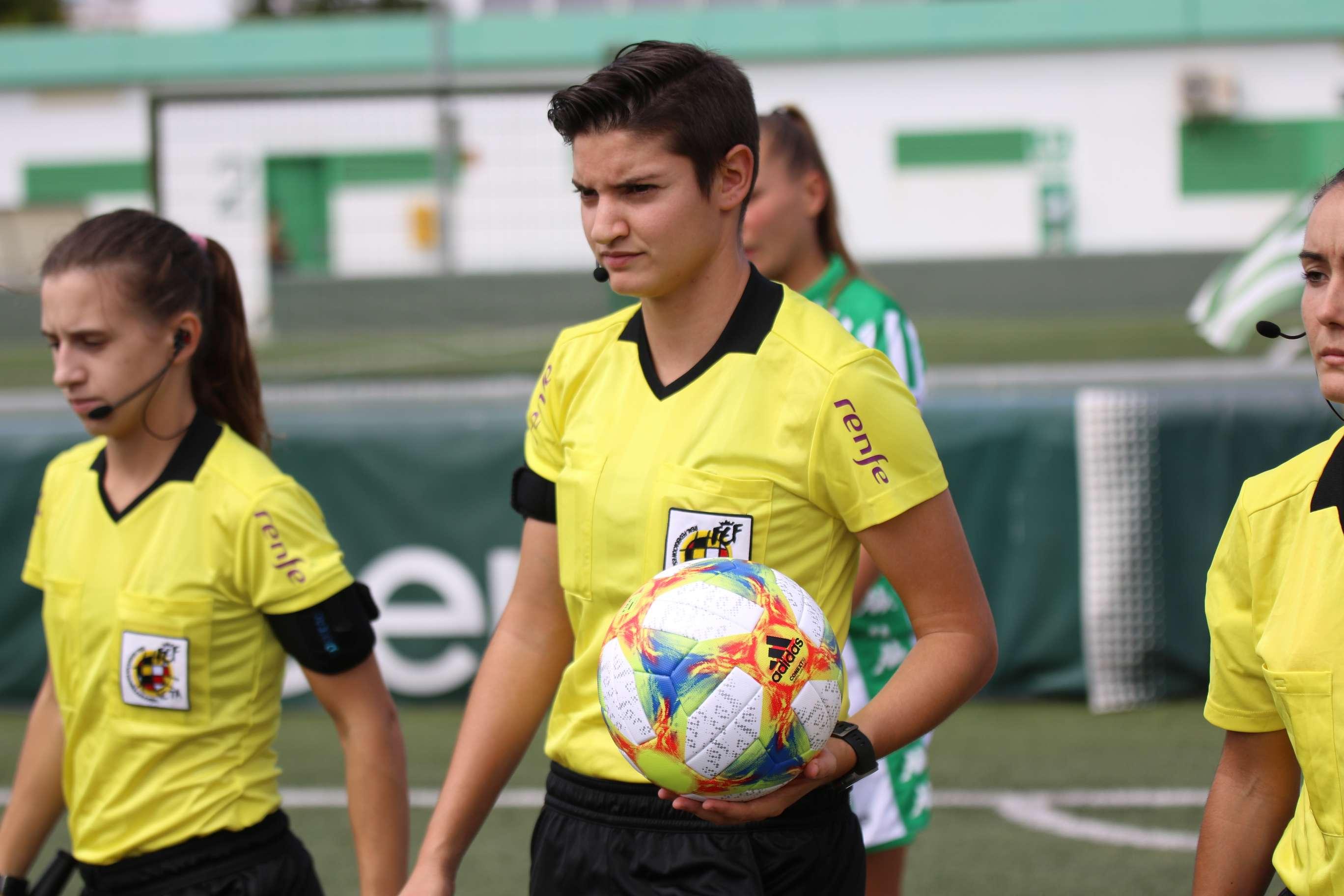 Ylenia Sánchez, encapçalant la sortida al camp en un Real Betis - Deportivo Abanca / FOTO: Real Betis Balompié