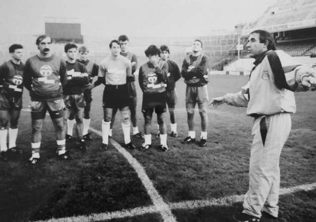 Jaume Sabaté, dirigint un entrenament del RCD Espanyol a Sarrià, el 1991 / FOTO: Mundo Deportivo