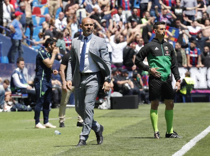 Albert Català, com a quart àrbitre en un Levante UD - Rayo Vallecano / FOTO: La Liga