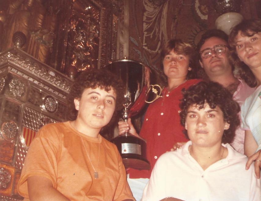 Les jugadores i el tècnic, oferint el trofeu a la Verge de Montserrat / FOTO: Arxiu Maria Ángeles Navas