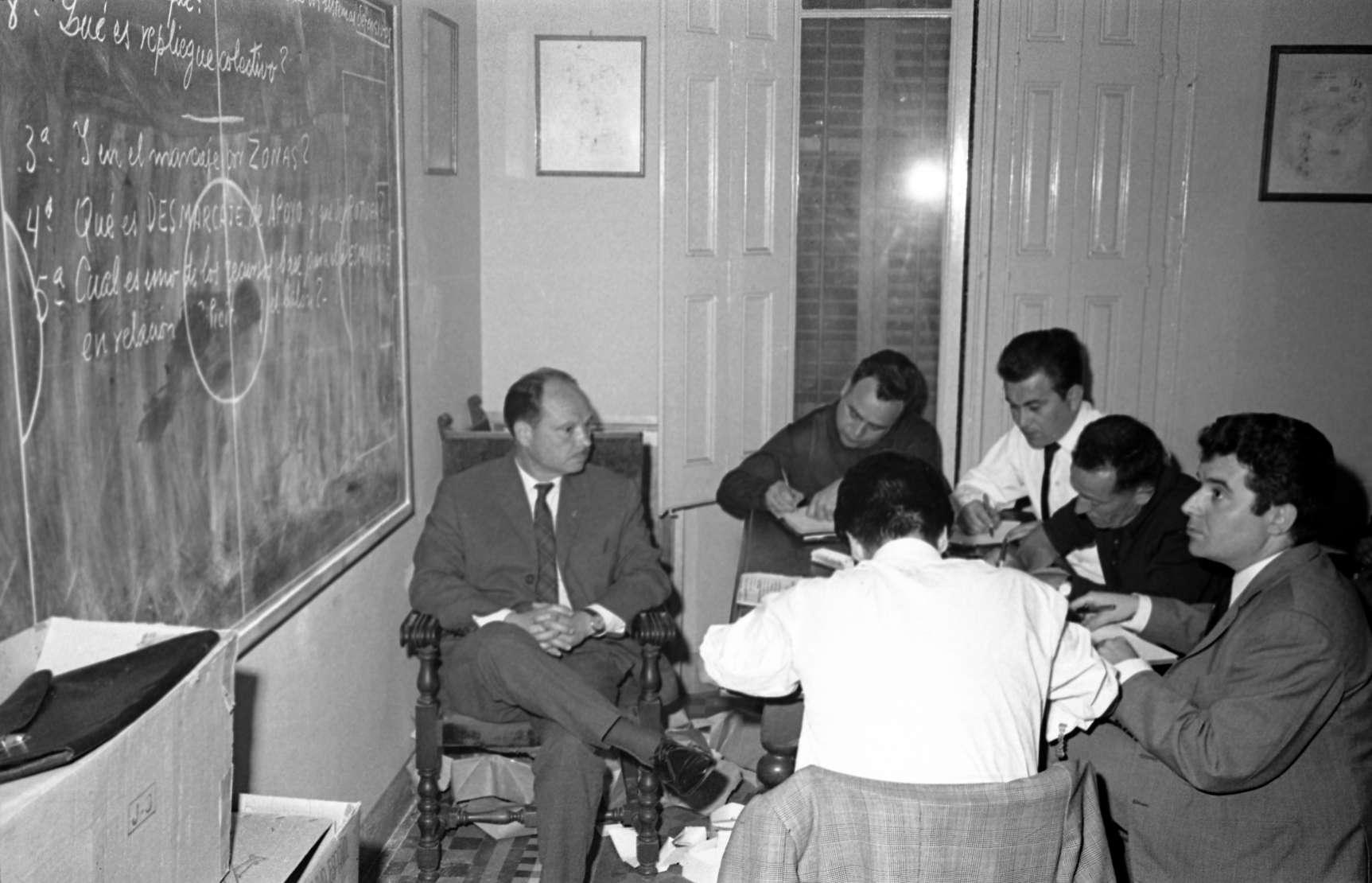Vinceç Sasot, impartint una classe a l'Escola Catalana d'Entrenadors, el 1968 / FOTO: Horacio Seguí, FC Barcelona