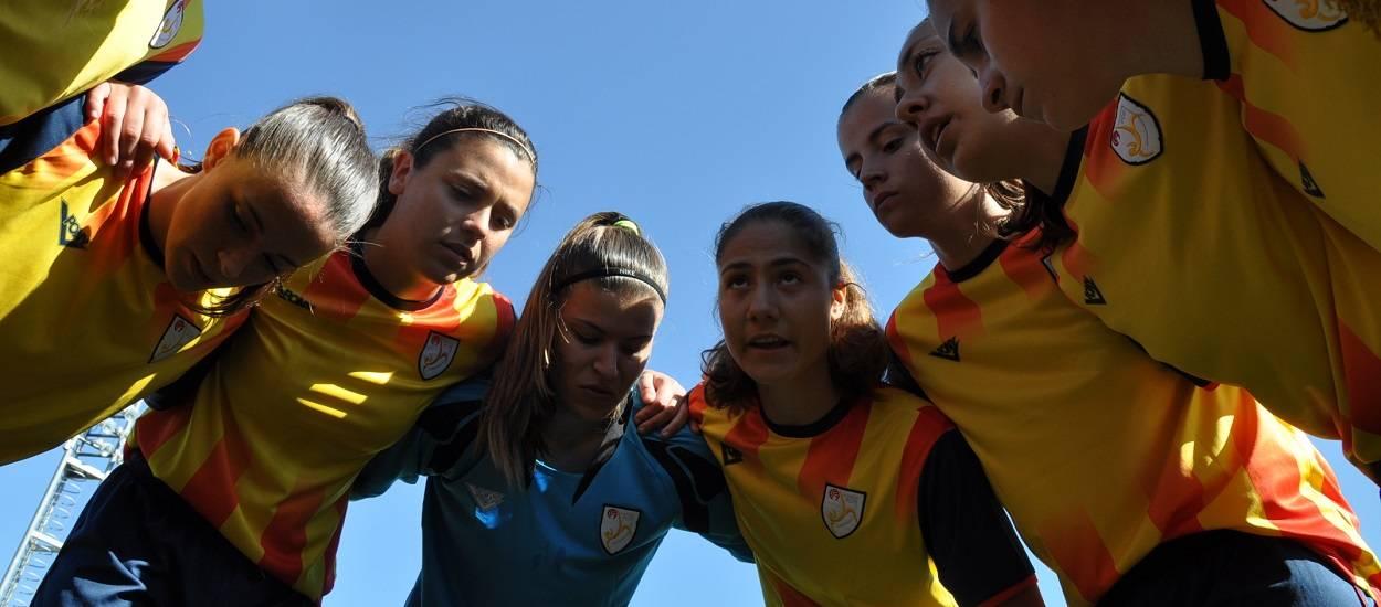 Futbolistes de les Seleccions Catalanes donen suport a la Jornada de Futbol Femení